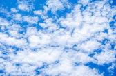 Fundo de céu azul com nuvens brancas — Fotografia Stock