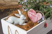 Lapin blanc et le coeur dans un bac de fleurs — Photo