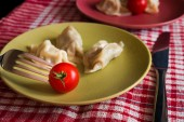 Steamed chinese jiaozi with tomato — Stock Photo