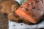 Surowy łosoś z sól i pieprz — Zdjęcie stockowe