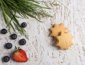 Berries, cookies and grass — Stock Photo