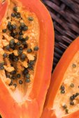 Two slices of papaya — Stock Photo