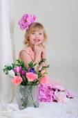 Девушка с приятно зубы blesyatschimi глаза цветок в волосах и — Стоковое фото