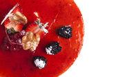 Käse-Kuchen mit Erdbeermarmelade und Brombeeren eine weiße backgro — Stockfoto