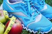 Sneakers, centimeter, red apples, weight loss, running, healthy eating, healthy lifestyle concep — Stock fotografie