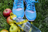 Sneakers, centimeter, red apples, weight loss, running, healthy eating, healthy lifestyle concep — Fotografia Stock