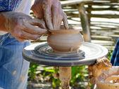 As mãos trabalhar na roda de oleiro, close-up — Foto Stock