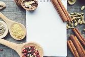 Seasonings,spices,recipe book,Notepad,write,pepper, peas,red pepper,black pepper,cardamom,star anise,cinnamon,coriander,cinnamon sticks,cloves,star — Stok fotoğraf