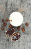 Cup of hot milk with cinnamon , Spices and hazelnuts, walnuts, closeup on wooden background — ストック写真