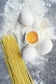Stilleben med rå hemgjord pasta och ingredienser för pasta — Stockfoto