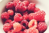 Ripe, juicy, red, organic raspberry close up — Stock Photo