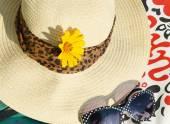 美しい青いビーズ、サングラス、帽子、バッグ — ストック写真