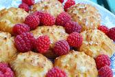 Eclair cake with raspberry dessert — Fotografia Stock