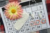 Защита гигиены женщины, закройте-up.menstruation календарь с хлопковыми тампонами, оранжевым gerber, санитарными подушками на красном фоне — Стоковое фото