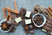 Chocolate bars, candies, cinnamon, anis and coffee beans — Fotografia Stock