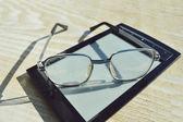 読み取りと老眼鏡の黒 e 本 — ストック写真