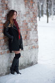 Hermosa chica con pelo largo posando — Foto de Stock