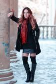 Linda garota com cabelo comprido posando — Fotografia Stock