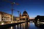 Nuove gru di sviluppo da Berlin Dom nella penombra — Foto Stock