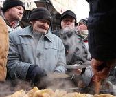 Véspera de Natal para os pobres e desabrigados no mercado Central em Cracóvia. — Fotografia Stock