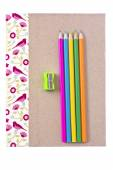 笔记本、 彩色铅笔、 卷笔刀 — 图库照片