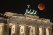 Brandenburg Gate with Bloody Moon, Berlin, Germany — Stock Photo