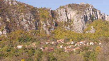 Village under the mountain rocks — Stock Video
