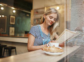 Closeup portrait of сafe city lifestyle woman sitting in trendy — Foto de Stock
