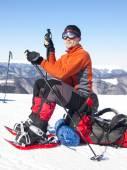 L'uomo in racchette da neve in montagna. — Foto Stock