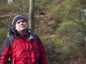 Człowiek idzie przez las. — Zdjęcie stockowe