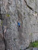 Beautiful man climbs a high mountain. — Stock Photo