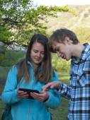 Adolescentes Olhem para a tela de toque. — Fotografia Stock