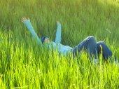 芝生の上で休んでいる少女. — ストック写真
