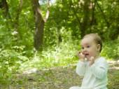 Happy baby crawling in the Park. — Foto de Stock