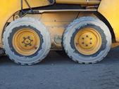 大きな車輪の建設車両が敷地. — ストック写真