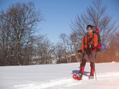 一个男人在雪是雪. — 图库照片