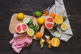 Citrus Fruits on the chopping board — Stockfoto