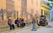 Road workers near the historical painted wall in Havana — Stok fotoğraf