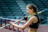 Atleta que se prepara para realizar su intento de competir en el salto con pértiga — Foto de Stock