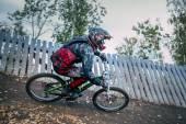Велосипедист, езда на горном велосипеде вниз — Стоковое фото