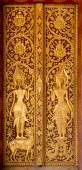Door made of wood and carved with the delicate and beautiful. — 图库照片