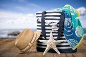 Summer. Closeup of summer beach bag and straw hat on sandy beach. — Stock Photo