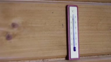 Thermometer weighs on the wall — Stock Video