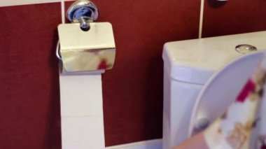 There is no toilet paper — Stock Video