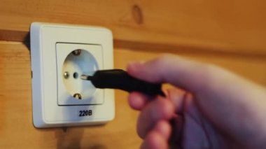 Inserting the plug into the socket — Vídeo stock