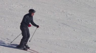 Skier rides on the ski track. Slow motion — Stock Video