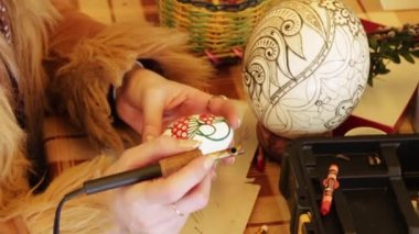 Man paints the Easter Egg — Stock Video