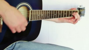 Man playing acoustic guitar. — Stock Video