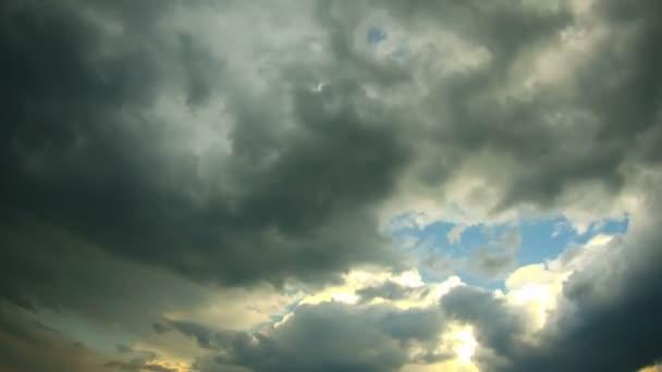 Nubes en el cielo azul y arco iris. Lapso de tiempo — Vídeo de stock