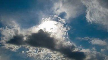 Nuvens se movendo no céu azul. — Vídeo stock